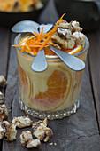 Orangenpudding mit Orangenschalen und Zimtbrotwürfel