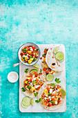 Fisch-Tacos mit Ananas und Pico de Gallo (Würzsauce aus Tomaten, Zwiebeln und Chili)