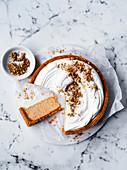 Karottenkuchen ohne Backen mit Cremehaube und gehackten Walnüssen