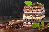 Verschiedene Schokoladensorten, gestapelt