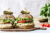 Mohnbrötchen mit Schmelzkäse, Thunfischcreme, Tomate und Salat