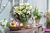 Oster-Arrangement mit weißen Tulpen