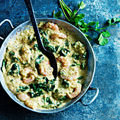 Shrimp curry with spinach and parsley