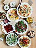 Verschiedene Salate, eingelegtes Gemüse, Garnelen und Aufstriche