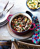 Rindfleischeintopf mit Bohnen, Karotten und Kräutern, dazu Kartoffelpüree