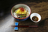 Nudelgericht mit Fleisch und Gemüse (Korea)