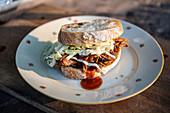 Sandwich mit Pulled Pork und Coleslaw