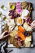 Käseplatte mit Gemüse, Obst, Crackern und Honig