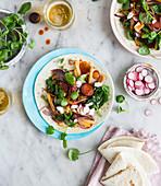 Tortillafladen belegt mit Wurst, Radieschen und Brunnenkresse