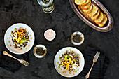 Wildreis mit Gemüse und Blumenkohl-Zitrus-Pesto dazu Brot und Wein (Aufsicht)