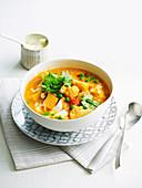 Blumenkohl-Kürbis-Suppe mit Erbsen und Koriander