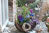 Bepflanzter Frühlingskorb mit Hyazinthen, Netziris und Primeln