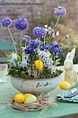 Blau-weißes-Arrangement in Porzellanschüssel und Sauciere