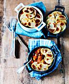 Hotpot mit Bohnen, Wurst und Kartoffeln