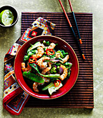Pan fried shrimps with pak choi, chillies and mangetouts (Asia)
