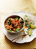 Grünes Hähnchencurry mit Brokkoli, Karotten, Limetten und Reis (Thailand)