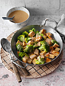 Fried tempeh and broccoli with peanut sauce (low carb)