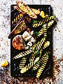 Gegrillte Aubergine, Zucchini und Käse mit Vinaigrette von schwarzen Bohne