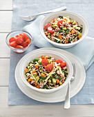 Salat mit weißem und rotem Reis und Gemüse
