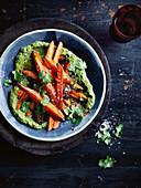 Warmer Möhrensalat mit Koriander und Chilisalz auf Avocadopüree