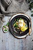 Würzige, pochierte Birnen mit karamellisierten Walnüssen und Vanilleeis