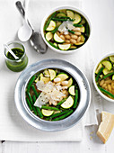 Bohnensuppe mit Zucchini, Parmesan und Basilikumpesto