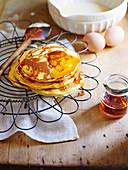 Einfache Pancakes mit Honig