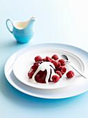 Himbeer-Rosenwasser-Gelee mit Sahne und frischen Himbeeren