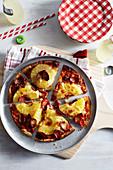 Pizza mit Cabanossi und Ananas