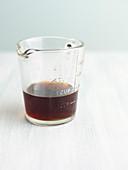 Reduzierter Rotwein in Messbecher