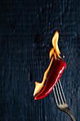 Brennende Chilischote auf Gabel