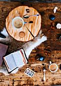 Kaffeetassen, Buch und Macarons