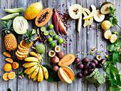 Stillleben mit tropischen Früchten