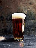 Ein Glas dunkles Bier