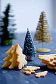 Tannenbaumplätzchen und Weihnachtsdeko