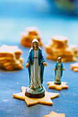Christmas star biscuits with figures of the Virgin Mary