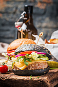 Schwarzer Burger mit Rindfleisch, Salat und Mayonnaise