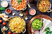 Verschiedene indische Gerichte (Hähnchen, Curryreis, Linsen, Paneer, Chapati) und Gewürze