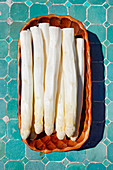 Freshly peeled white asparagus