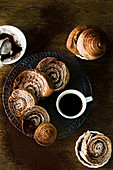 Schokoladenschnecken und Kaffee