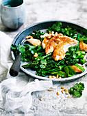 Miso-Hähnchen auf grünem Gemüsesalat