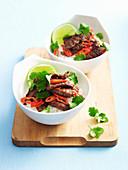 Pikantes Rindfleisch mit Limette auf Reisnudeln