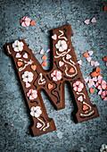Schokoladen-Buchstabe mit Zuckerblüten verziert (Typisch niederländische Süßigkeit zum Nikolaus)
