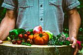 Frisch geerntetes Gemüse auf Holzscheibe