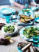 Feldsalat mit Mozzarella, Zitronenschale, Erbsen, Minzpüree und Toast