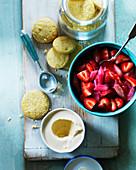 Zutaten für Erdbeer-Rhabarber-Dessert mit Eiscreme und Keksen