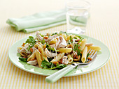 Pasta salad with chicken and rocket