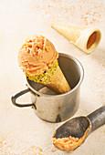 Eiscreme in Eistüte mit weißem Schokoladenrand und Pistazien