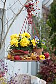 Hängendes Herbst-Arrangement mit Deko-Chrysantheme