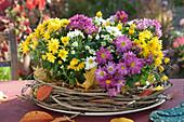 Chrysanthemen in Kranz aus Clematisranken